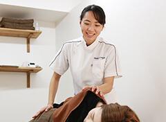 女性施術スタッフの写真